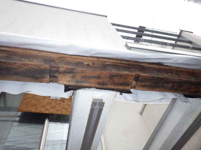 カビで変色してしまった建物骨格部分の木材のカビ取り