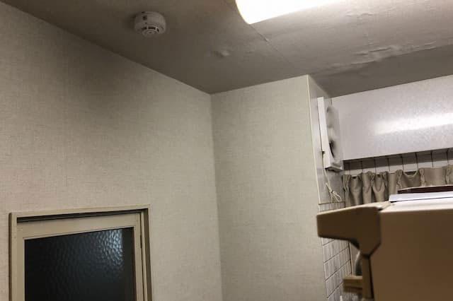 上階からの漏水で、壁や床にシミ、汚れが発生したお部屋